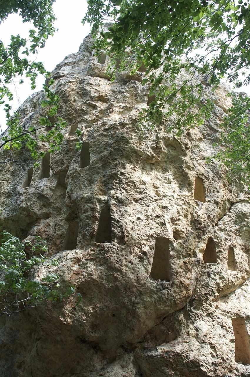 Село Вълче поле – скални ниши Глухите камъни