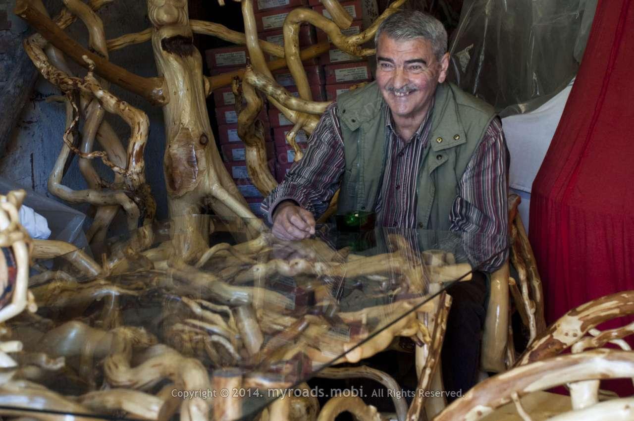 Смолянски майстор прави мебели от корени