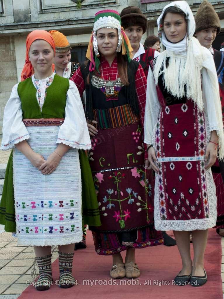 Фестивал на сливата, Троян – български носии и нестинарски танц