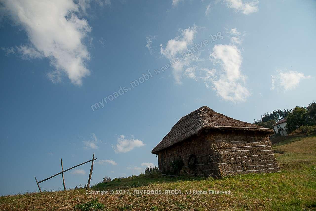 Село Пресока – сламени колиби в Източните Родопи.