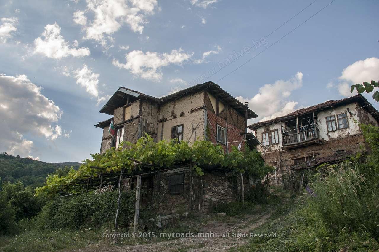 Село Долени – където къщите се ронят на минало и настояще